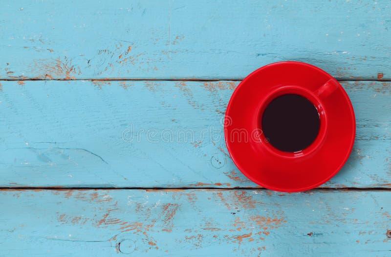 Immagine con la tazza di caffè sulla tavola di legno blu fotografia stock libera da diritti