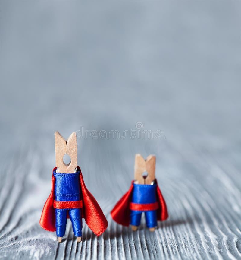 Immagine concettuale del lavoro di gruppo Supereroi delle mollette da bucato Copi lo spazio immagini stock