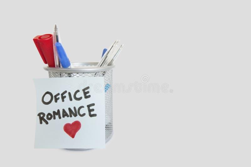Immagine concettuale della carta da lettere appiccicosa con forma del cuore che descrive romance dell'ufficio immagini stock libere da diritti
