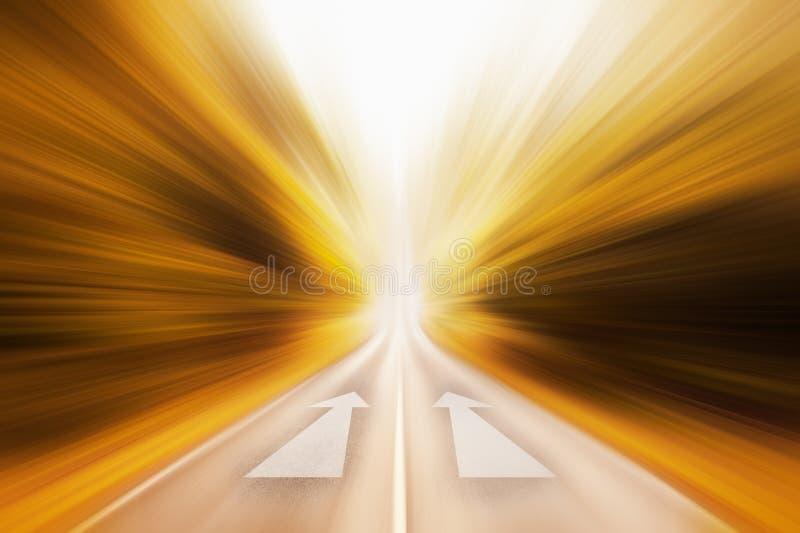 Immagine concettuale della strada asfaltata e della freccia di direzione immagine stock libera da diritti