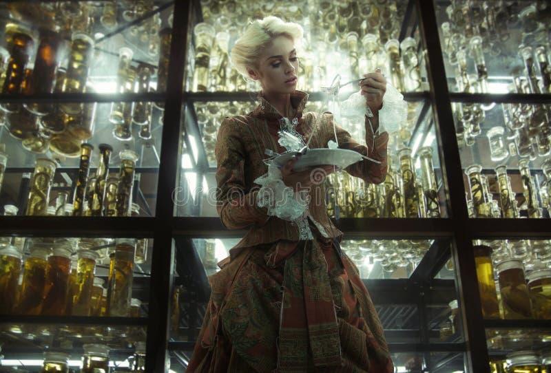 Immagine concettuale di retro signora nel vecchio laboratorio fotografia stock libera da diritti