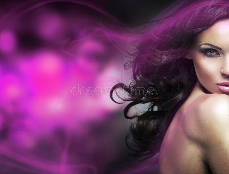Immagine concettuale di una donna castana con una luce porpora fotografia stock