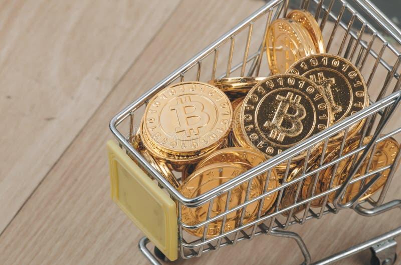 Immagine concettuale per il cryptocurrency mondiale, versione fisica della pila enorme di Bitcoin dorato fotografia stock