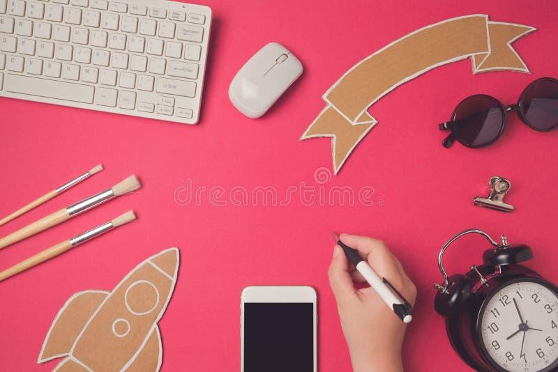 Immagine creativa dell'intestazione dell'eroe di progettazione con lo smartphone Fondo moderno dell'intestazione del sito Web di  fotografia stock