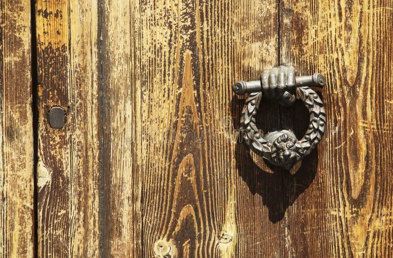 Immagine d'annata del battitore di porta antico su una porta di legno nella f fotografie stock