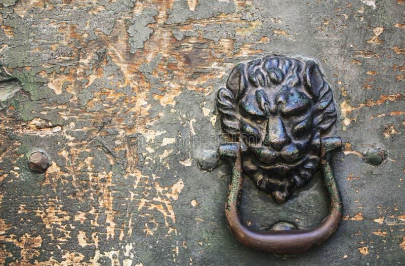 Immagine d'annata del battitore di porta antico su una porta di legno nella s immagini stock