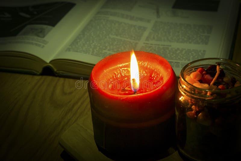 Immagine d'annata di stile della luce della candela con il libro sui precedenti fotografia stock