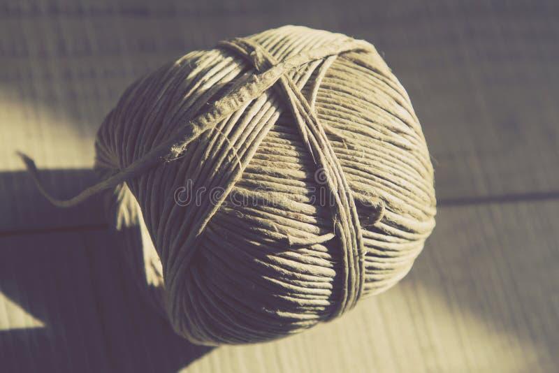 Immagine d'annata di stile della natura morta con la palla rustica della corda su w fotografia stock