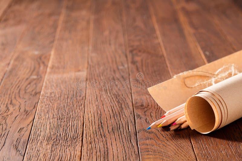 Immagine d'annata di stile di vista superiore di carta in bianco e delle matite variopinte sulla tavola di legno immagine stock