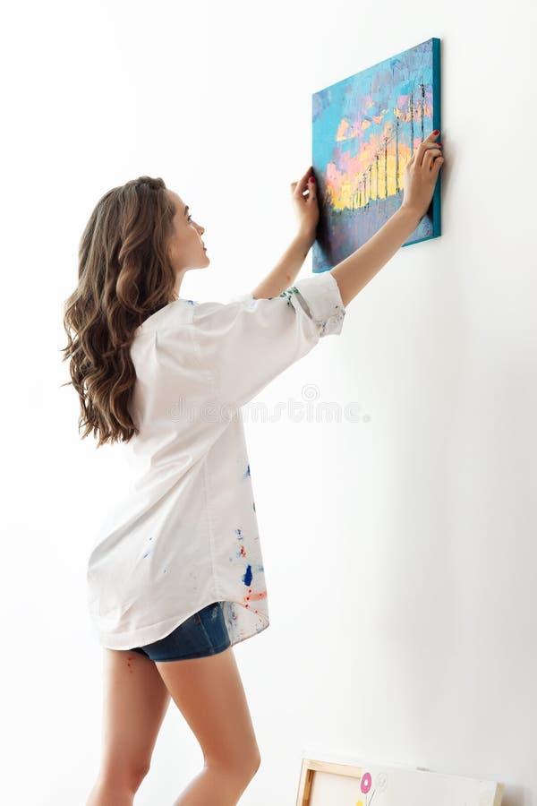 Immagine d'attaccatura della bella donna sulla parete fotografie stock