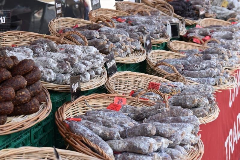 Immagine da un mercato tradizionale dell'alimento fresco di mattina con una grande selezione dei salami tradizionali fotografia stock libera da diritti