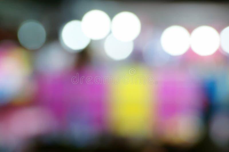 Immagine Defocused e vaga della gente al parco di divertimenti alla notte immagine stock libera da diritti