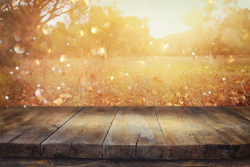 immagine dei bordi di legno rustici anteriori e fondo delle foglie di caduta immagine stock libera da diritti