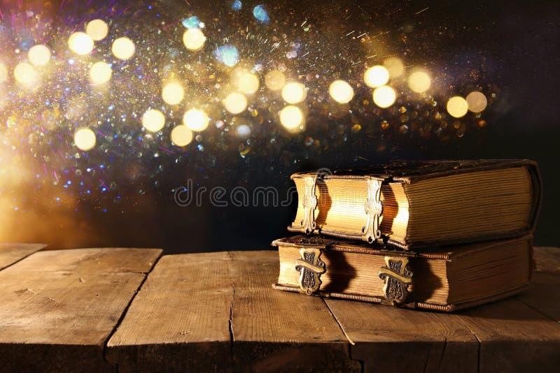Immagine dei libri antichi, con i catenacci d'ottone sulla vecchia tavola di legno fotografia stock libera da diritti