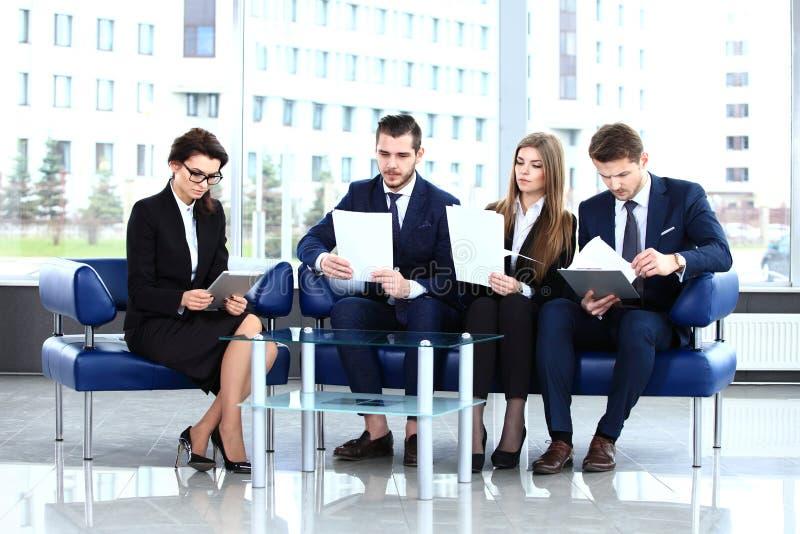 Immagine dei soci commerciali che discutono i documenti e le idee fotografia stock