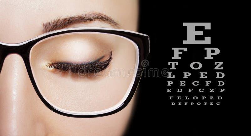 Immagine dei vetri d'uso di una bella ragazza Fine in su immagine stock libera da diritti