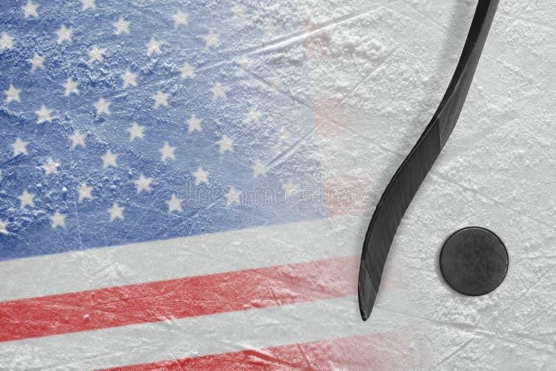 Immagine del bastone di hockey e della bandiera americana con il disco immagini stock libere da diritti