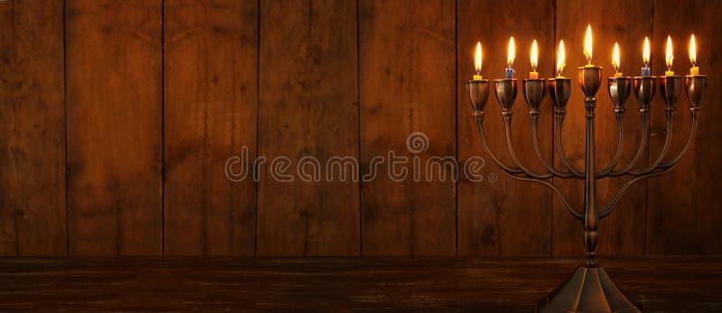 Immagine del fondo ebreo di Chanukah di festa con la cima, il menorah & x28 tradizionali dello spinnig; candelabra& tradizionale  fotografia stock
