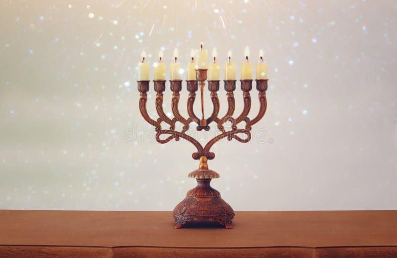 Immagine del fondo ebreo di Chanukah di festa con menorah & x28; candelabra& tradizionale x29; e candele brucianti immagini stock