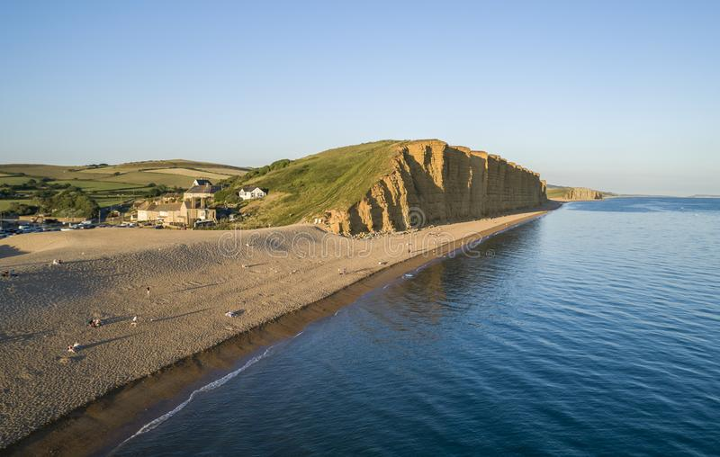 Immagine del fuco di caldo della spiaggia e delle scogliere in baia ad ovest fotografia stock