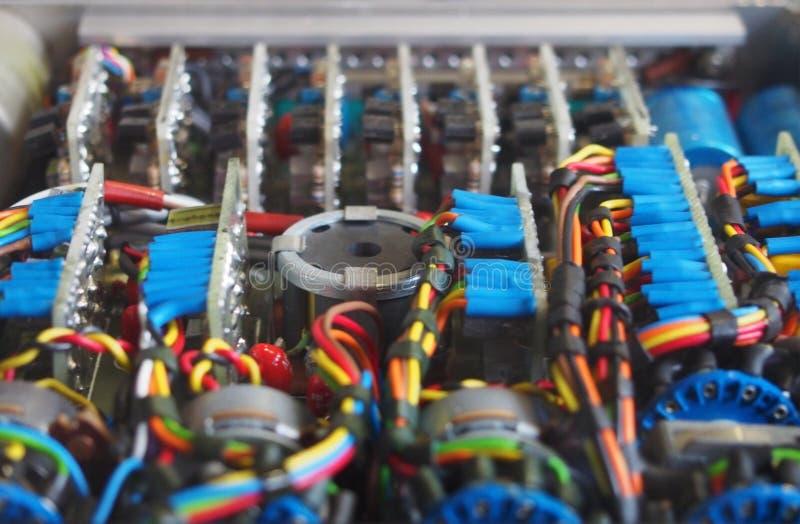 Immagine del fuoco selettivo di collegamenti colorati complessi e dei connettori che uniscono i circuiti con le componenti elettr immagini stock