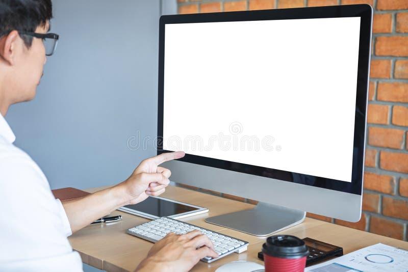 Immagine del giovane che lavora davanti al computer portatile del computer che esamina schermo con uno schermo bianco pulito e sp immagini stock libere da diritti