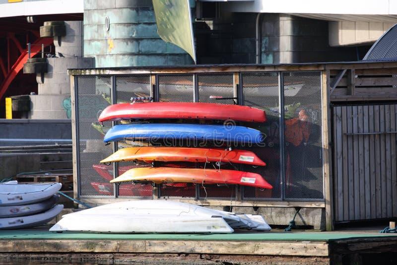 Immagine del kajak e delle canoe sulla costa immagine stock