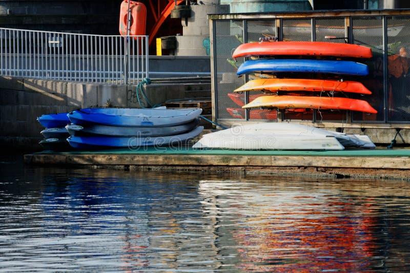 Immagine del kajak e delle canoe sulla costa fotografie stock libere da diritti