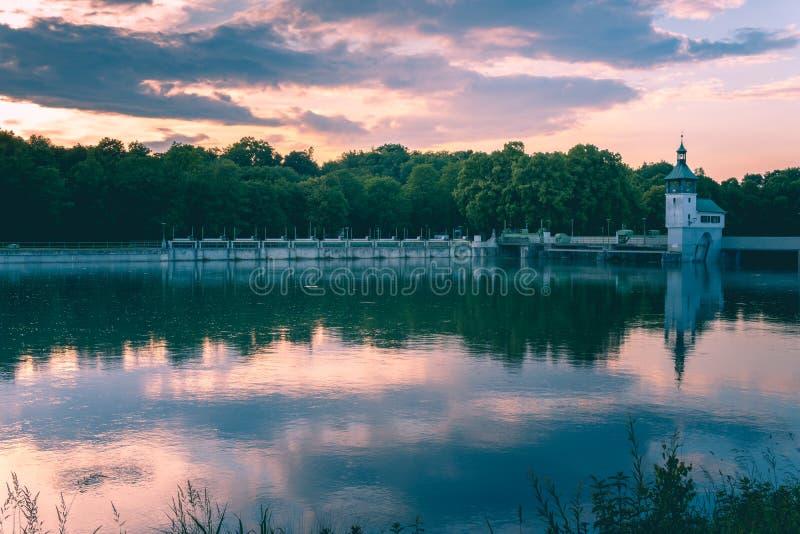 Immagine del lago del bacino idrico con le riflessioni dell'acqua durante il tramonto fotografia stock