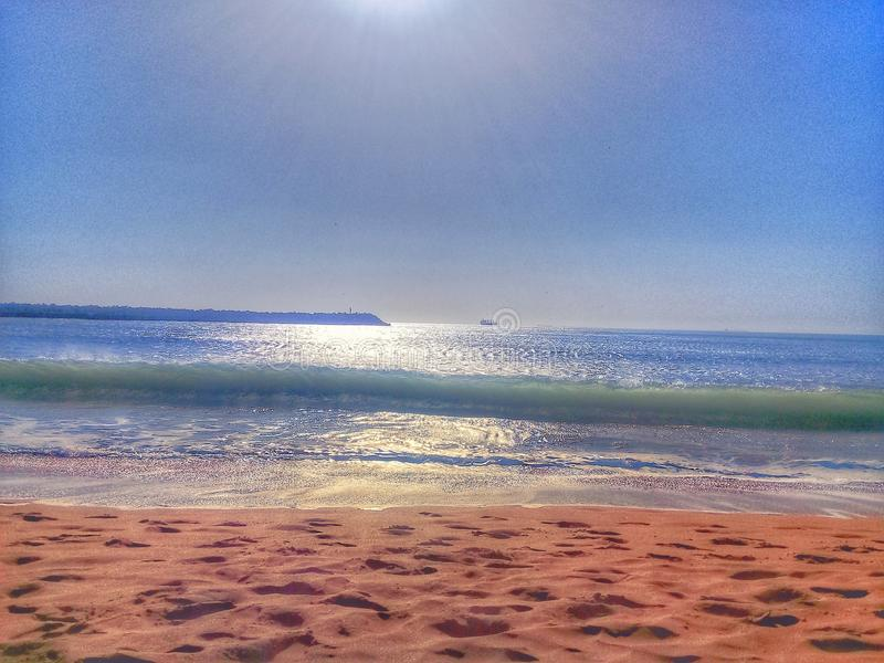 immagine del mare preso con un esempio di mattina di un mare riempito di gioielli e di sabbia dorata immagini stock libere da diritti