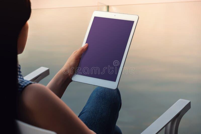 Immagine del modello della compressa Lo schermo di visualizzazione è percorso di taglio fotografie stock libere da diritti