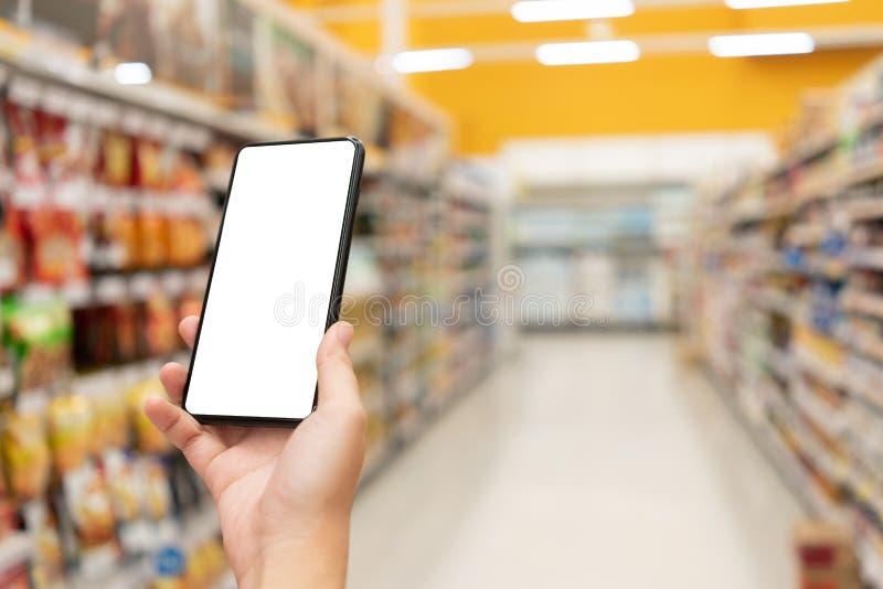 Immagine del modello della mano della donna che tiene schermo bianco isolato smartphones mobili per progettazione ed altre del mo fotografia stock libera da diritti