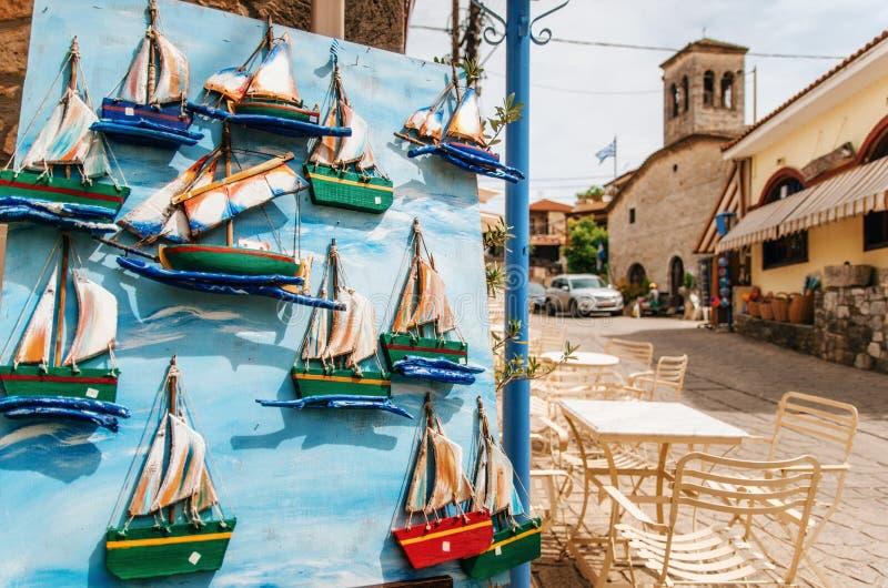 Immagine del modello di legno della barca a vela sulla porta blu, Milo, Grecia fotografie stock libere da diritti