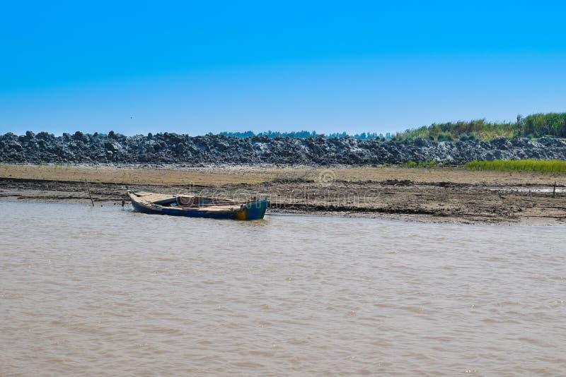 Immagine del paesaggio di una barca in fiume indus fotografia stock libera da diritti