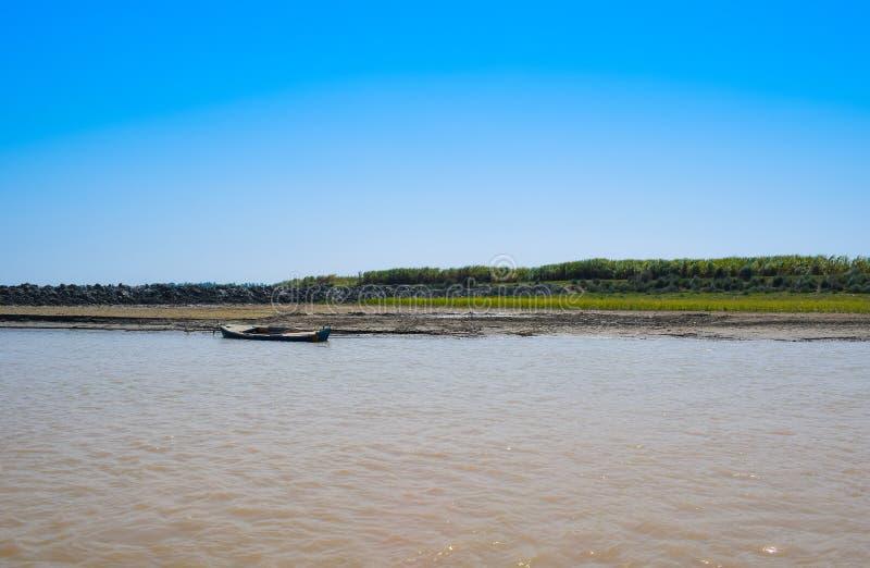 Immagine del paesaggio di una barca in fiume indus immagini stock libere da diritti