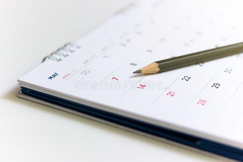 Immagine del primo piano della matita sul calendario fotografia stock libera da diritti