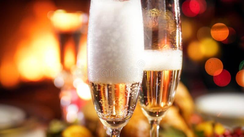 Immagine del primo piano delle bolle e della schiuma di aria in due vetri di champagne fotografie stock libere da diritti