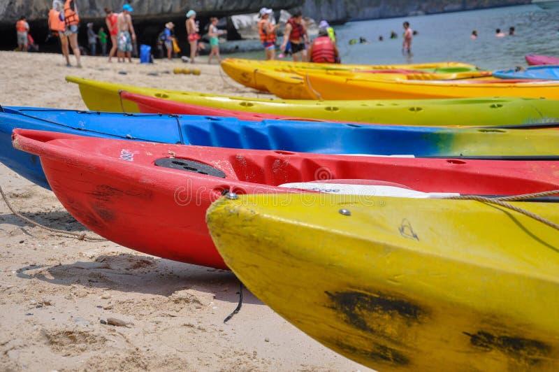 Immagine del primo piano delle canoe colourful che parcheggiano sulla spiaggia fotografia stock libera da diritti