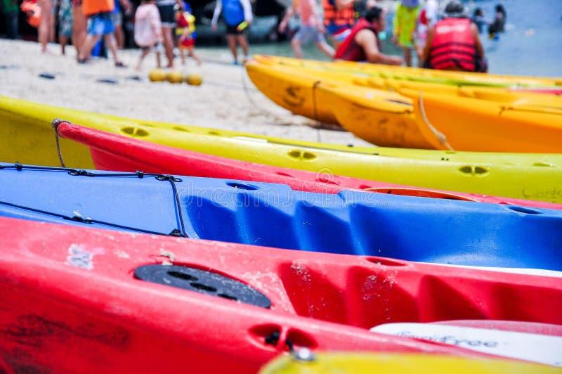 Immagine del primo piano delle canoe colourful che parcheggiano sulla spiaggia fotografia stock