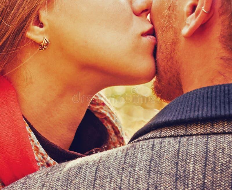 Immagine del primo piano delle coppie bacianti amorose immagine stock