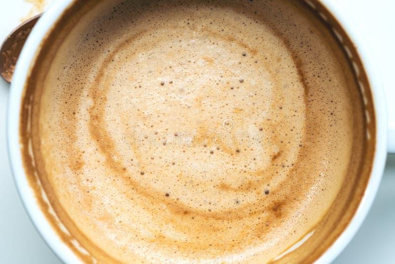 Immagine del primo piano di caffè caldo in letame bianco fotografia stock libera da diritti