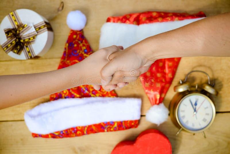 Immagine del primo piano di stringere le mani sopra lo scrittorio con immagini stock