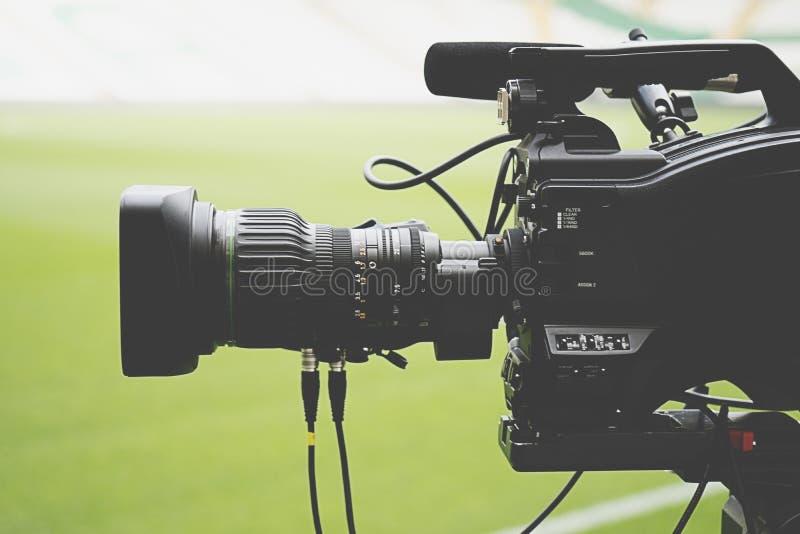 Immagine del primo piano di una cinepresa di televisione professionale immagini stock libere da diritti