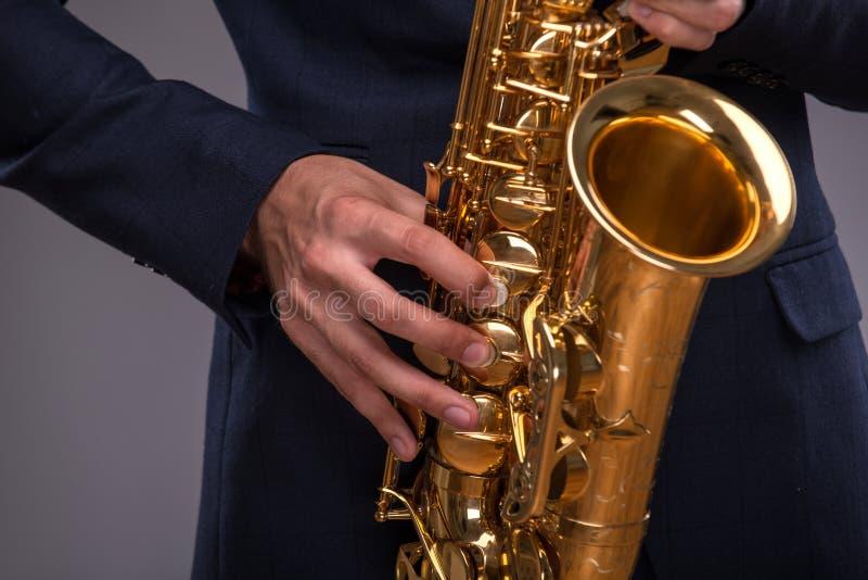 Immagine del primo piano di una tromba in mani di un jazz fotografie stock