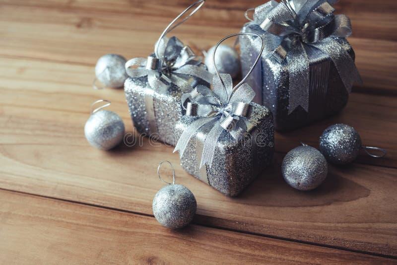Immagine del primo piano di vista superiore delle scatole e delle decorazioni attuali d'argento di Natale fotografia stock