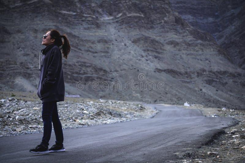 Immagine del ritratto di bello turista asiatico della donna che sta e che cammina sulla strada fotografia stock libera da diritti