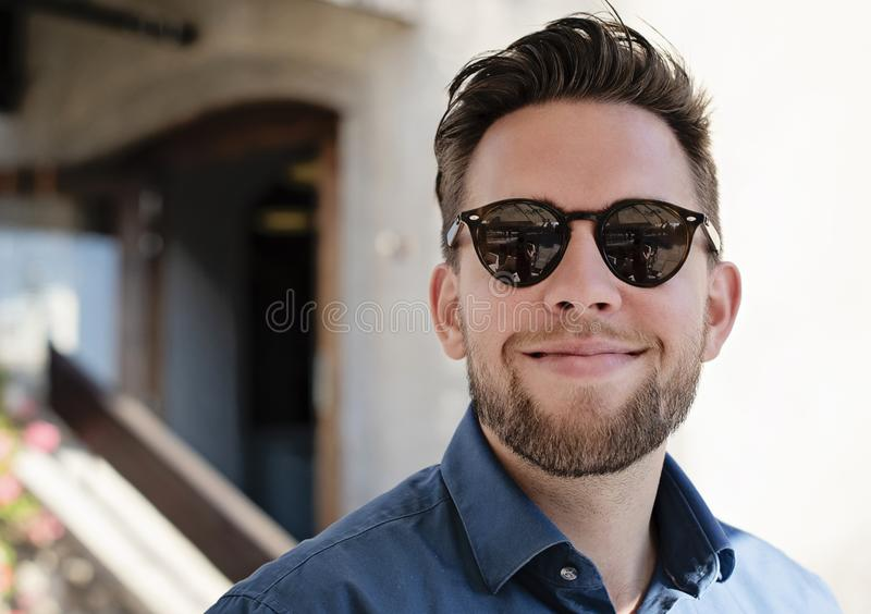 Immagine del ritratto di giovane uomo bello con sorridere di vetro fotografie stock libere da diritti