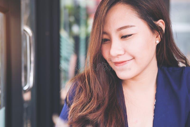 Immagine del ritratto del primo piano di bella donna asiatica con il fronte sorridente e sentiresi bene fotografia stock libera da diritti