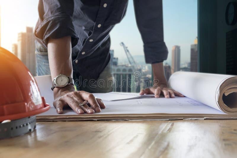 Immagine dell'ingegnere che controlla stampa blu fotografie stock libere da diritti