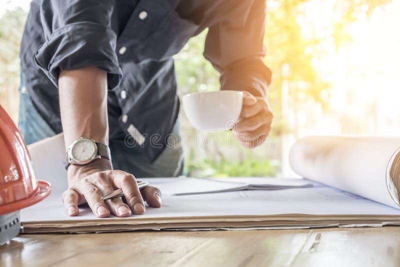 Immagine dell'ingegnere che tiene una tazza di caffè immagine stock libera da diritti